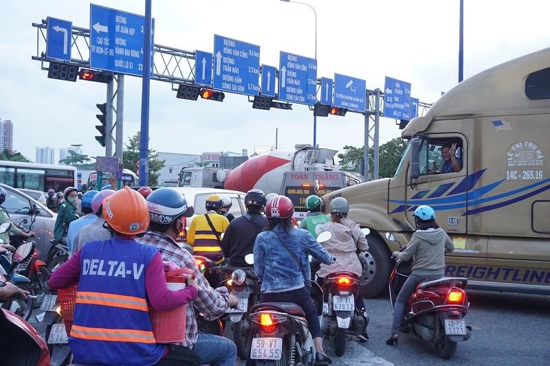 Chùm ảnh: Giao thông rối rắm tại nút giao An Phú - ảnh 9