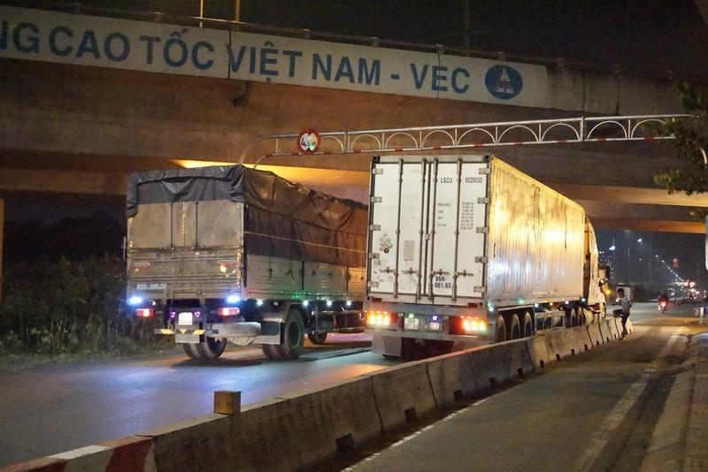 Chùm ảnh: Chuyện lạ xe tải, xe container đậu trước biển cấm - ảnh 12