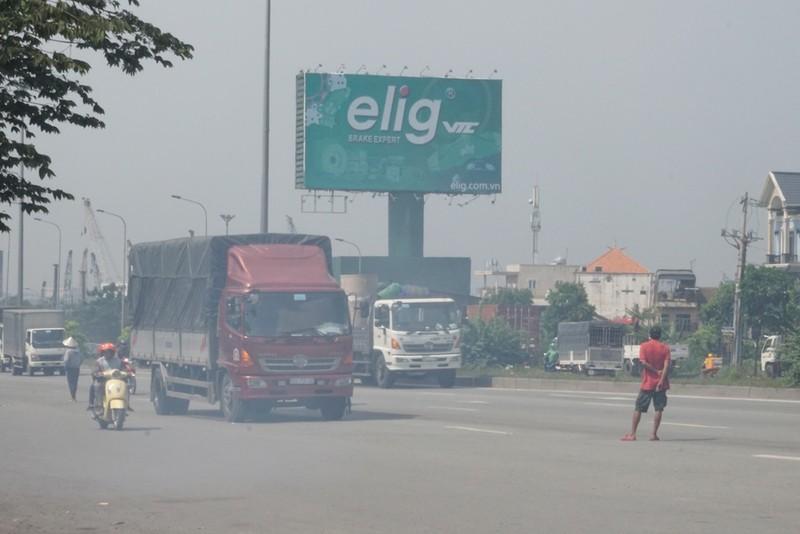 Chùm ảnh: Chuyện lạ xe tải, xe container đậu trước biển cấm - ảnh 4