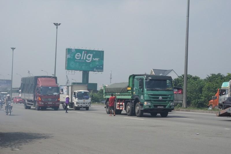 Chùm ảnh: Chuyện lạ xe tải, xe container đậu trước biển cấm - ảnh 5