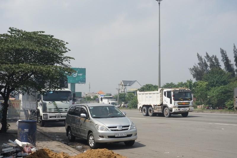 Chùm ảnh: Chuyện lạ xe tải, xe container đậu trước biển cấm - ảnh 6