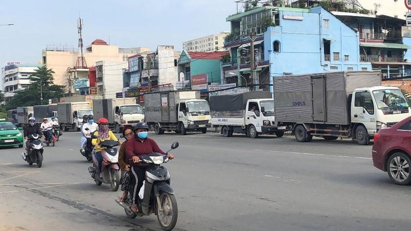 Chùm ảnh: Chuyện lạ xe tải, xe container đậu trước biển cấm - ảnh 14