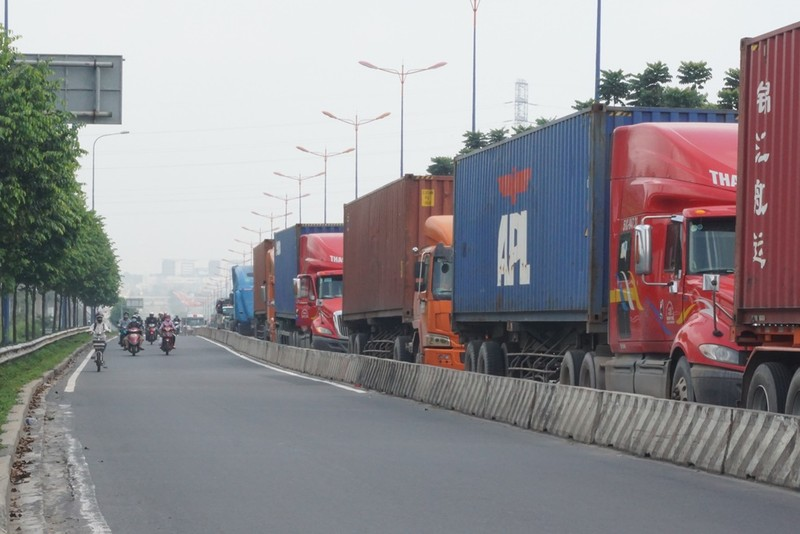 Chùm ảnh: Chuyện lạ xe tải, xe container đậu trước biển cấm - ảnh 1