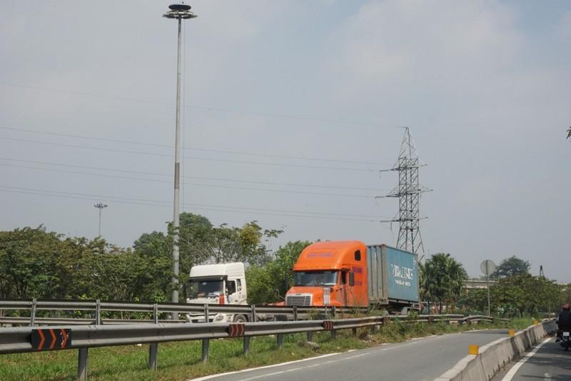 Chùm ảnh: Chuyện lạ xe tải, xe container đậu trước biển cấm - ảnh 3