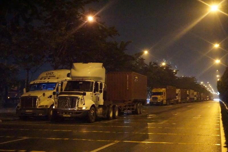 Chùm ảnh: Chuyện lạ xe tải, xe container đậu trước biển cấm - ảnh 7