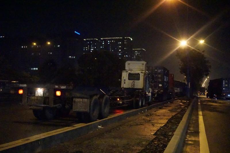 Chùm ảnh: Chuyện lạ xe tải, xe container đậu trước biển cấm - ảnh 8