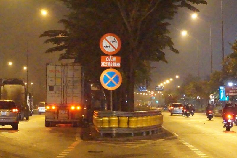 Chùm ảnh: Chuyện lạ xe tải, xe container đậu trước biển cấm - ảnh 9