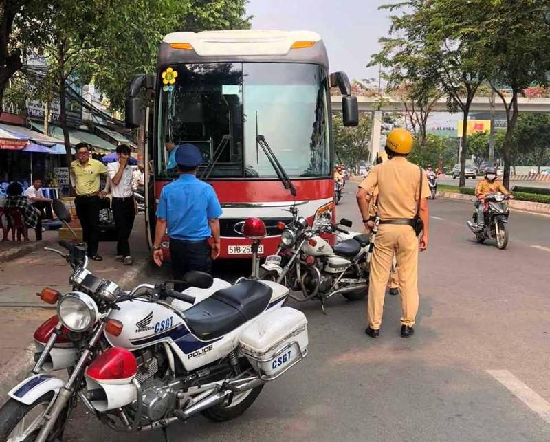 Phạt nhiều trường hợp dừng, đỗ xe sai gần cầu Sài Gòn - ảnh 1