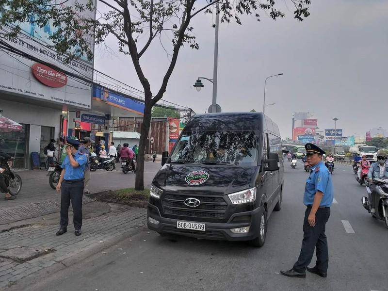 Phạt nhiều trường hợp dừng, đỗ xe sai gần cầu Sài Gòn - ảnh 2