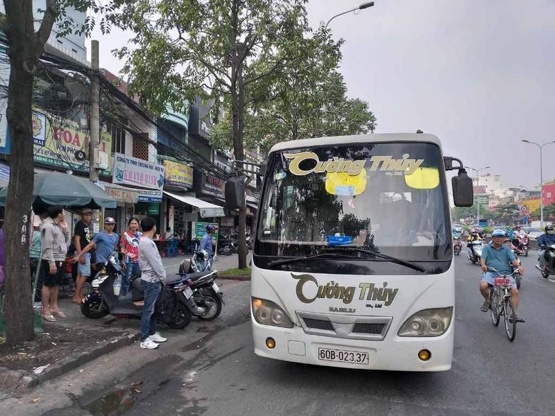 Phạt nhiều trường hợp dừng, đỗ xe sai gần cầu Sài Gòn - ảnh 3