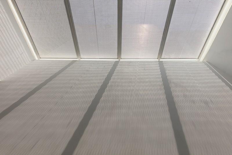 Thiết kế ấn tượng với hồ cá đáy kính tầng 2 - ảnh 11