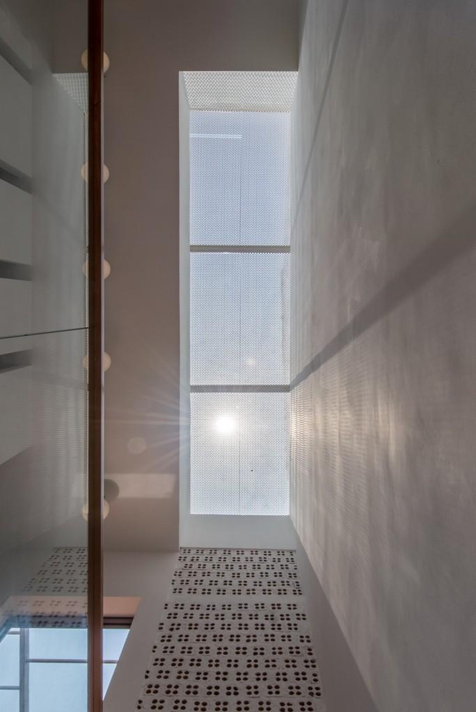 Thiết kế ấn tượng với hồ cá đáy kính tầng 2 - ảnh 12