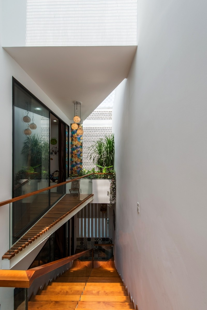 Thiết kế ấn tượng với hồ cá đáy kính tầng 2 - ảnh 13