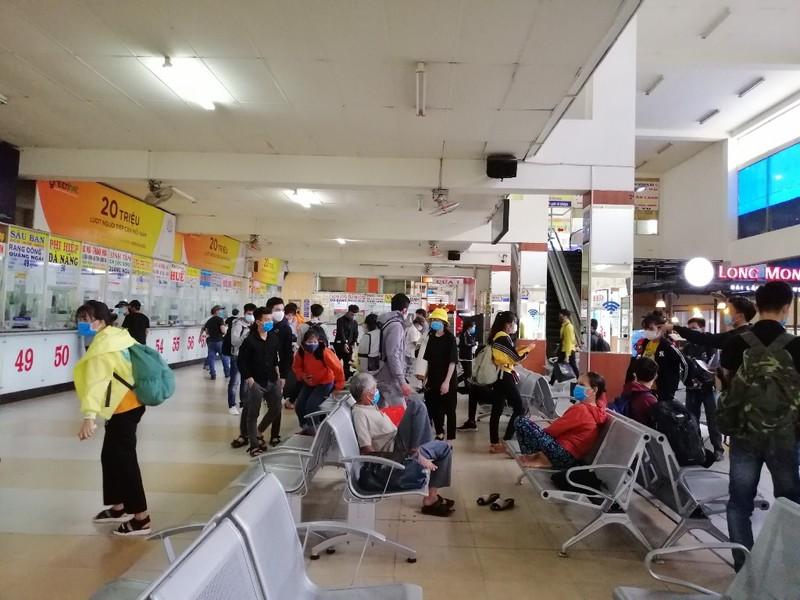 Hình ảnh so sánh lượng hành khách ngày 27-3 và hôm nay 28-3 tại khu vực mua vé ở bến xe miền Đông. 1