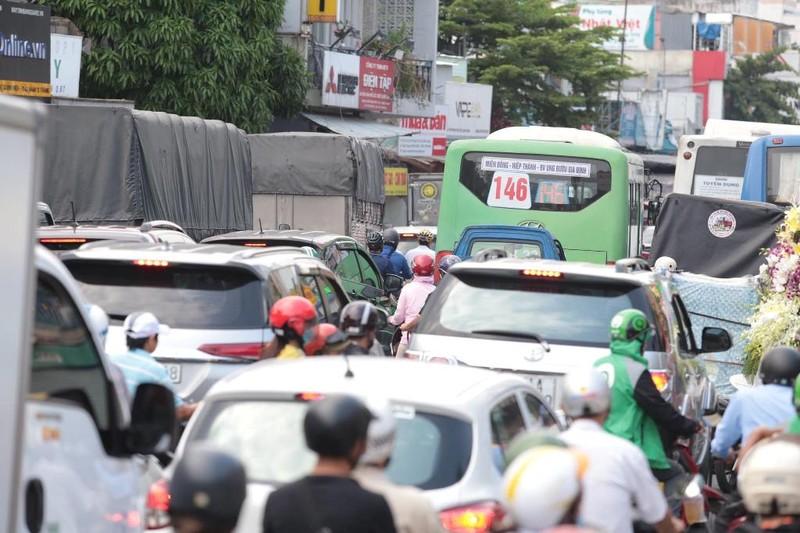 Chùm ảnh: Nhiều tuyến đường ùn tắc nghiêm trọng - ảnh 1