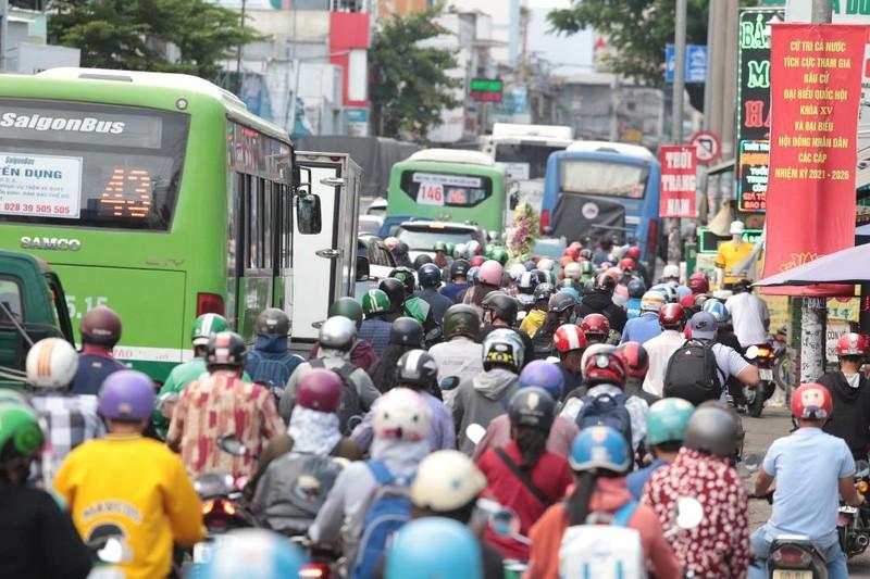Chùm ảnh: Nhiều tuyến đường ùn tắc nghiêm trọng - ảnh 2