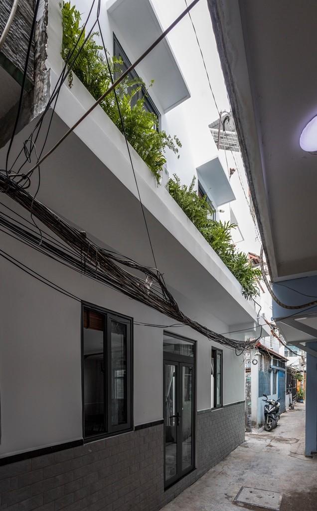 Bên ngoài công trình rộng 80 m² lột xác hoàn toàn so với công trình cũ. 2