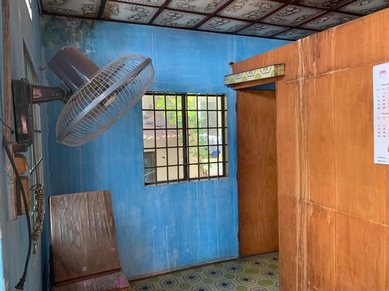 Phòng ngủ sử dụng gam màu xám trắng để nối mạch thiết kế, kết hợp với khung cửa sổ lớn để lấy ánh sáng và thông gió tự nhiên khiến cho phòng ngủ sáng sủa, thoáng máng và bắt mắt hơn. 1
