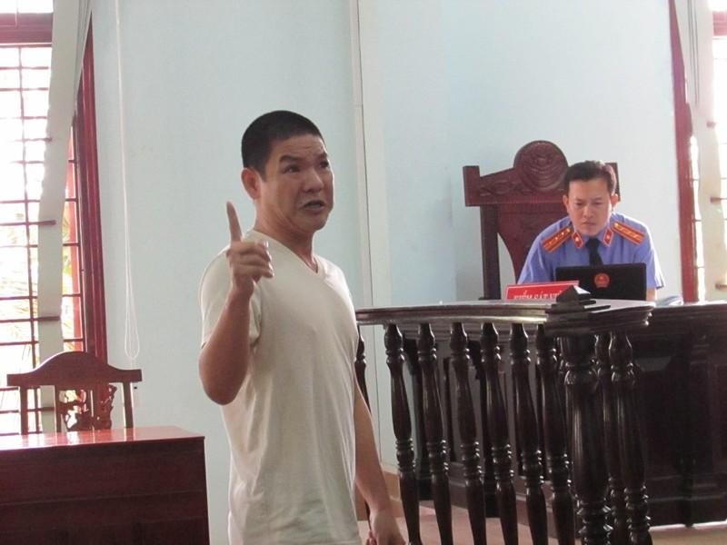 Bị cáo Hoa trong một lần ra tòa nhưng tòa hoãn xử vì bị hại chưa có đủ giấy tờ để yêu cầu bồi thường... Ảnh: N.NAM