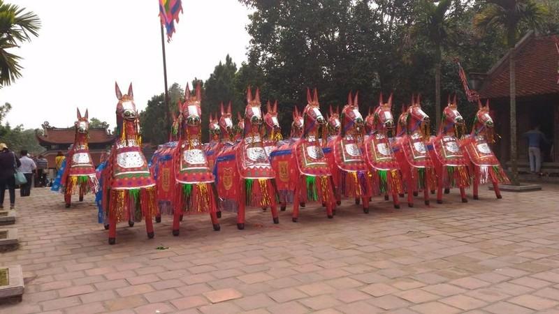 ngựa giấy trong sân đền nguyễn trãi