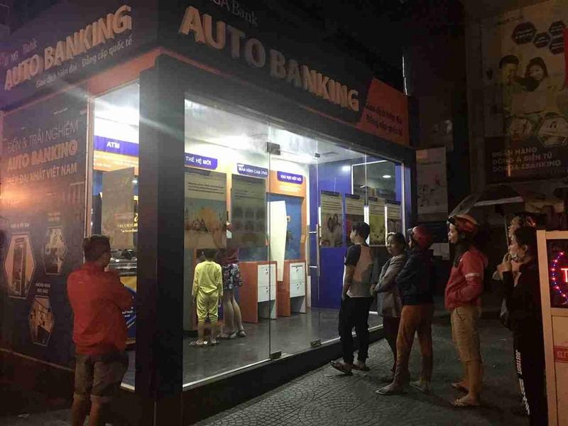 Chật vật rút tiền tại ATM ngày Tết - ảnh 1