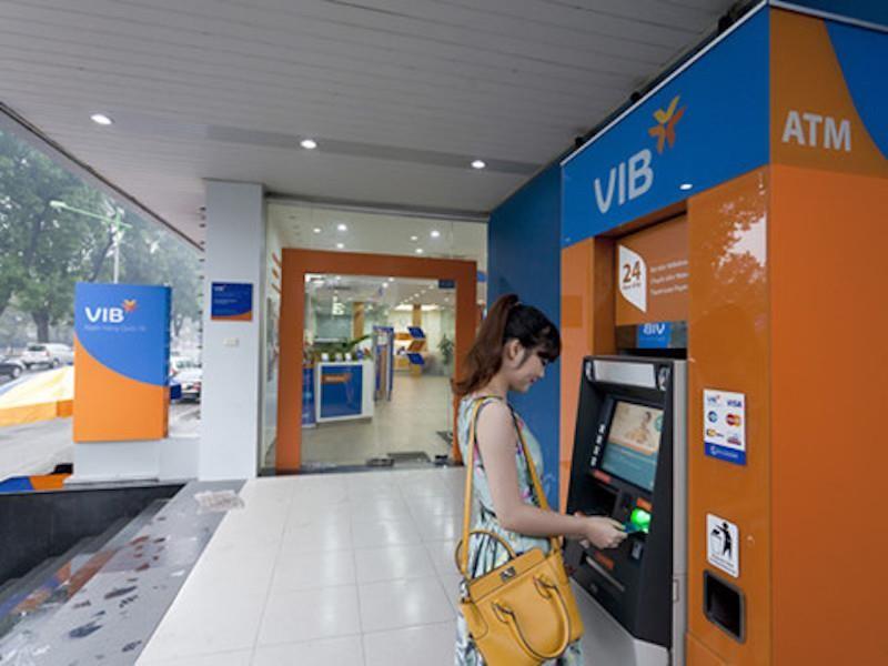 Một ngân hàng bất ngờ miễn hàng loạt phí rút và chuyển tiền - ảnh 1
