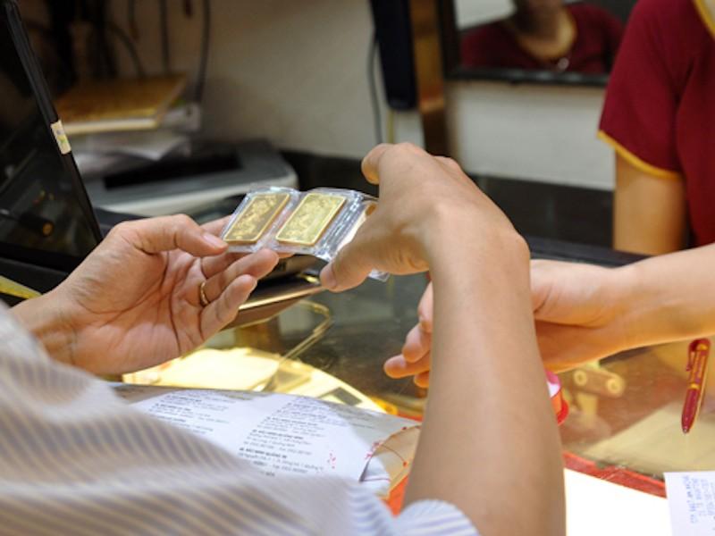 Giá vàng tăng mạnh, người bán 'đá' rủi ro cho người mua - ảnh 1