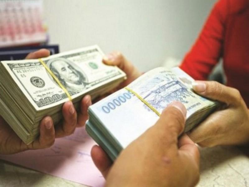 Tỉ giá USD trên thị trường tự do và ngân hàng giảm mạnh - ảnh 1