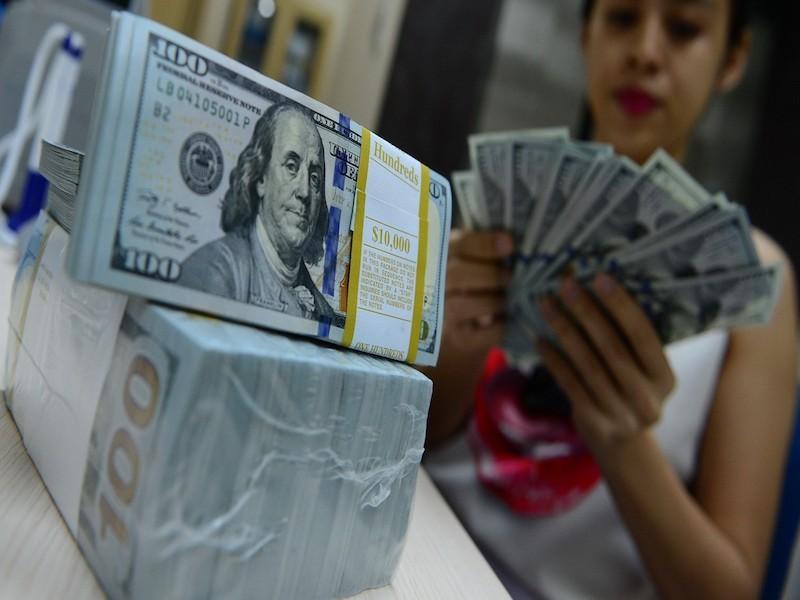 Giá đôla Mỹ bất ngờ lao dốc sau động thái mới của ngân hàng - ảnh 1