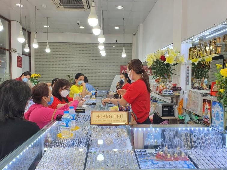Cận cảnh thị trường vàng diễn biến 'lạ lùng' ngày Vía Thần Tài - ảnh 8