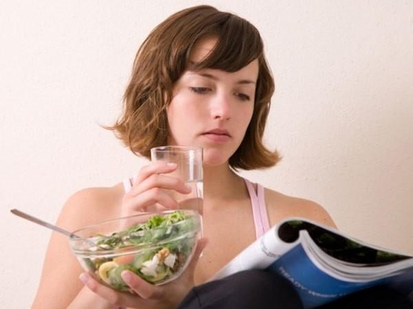 vừa ăn vừa uống nước có tốt không?