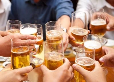 Bị tiêu chảy sau khi uống bia, rượu là tại làm sao? - ảnh 1