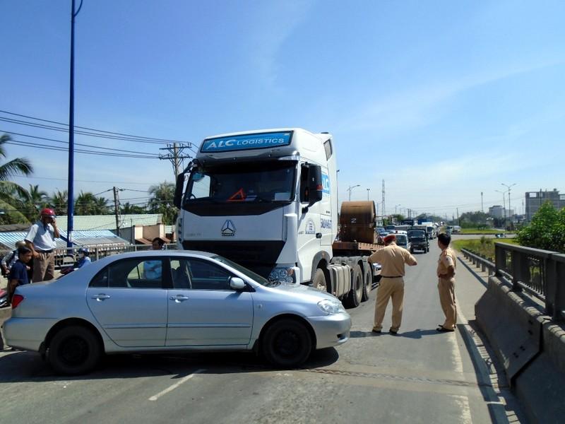 Container va chạm ô tô khiến giao thông kẹt cứng - ảnh 1