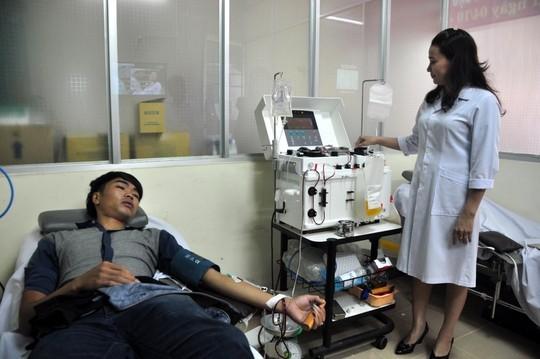 Gần 100 người hiến máu để cứu 1 bệnh nhân - ảnh 1