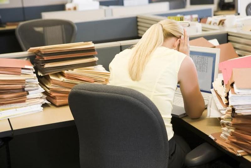 Những thói quen làm việc gây hại cho sức khỏe - ảnh 1