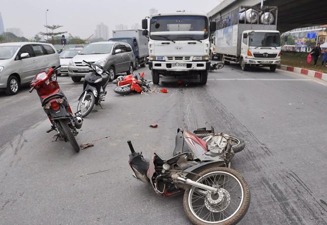 Xe bồn tông liên hoàn gần chục xe máy - ảnh 1