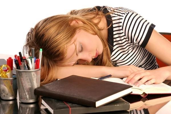 5 bệnh dễ mắc nếu thường xuyên ngủ gục đầu trên bàn - ảnh 1