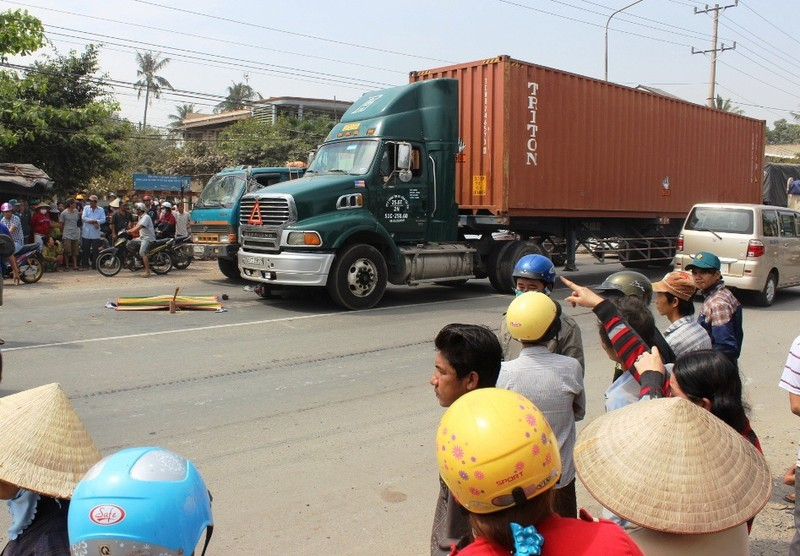 Thương tâm: Bé trai 3 tuổi chết thảm vì bị xe container cán - ảnh 1