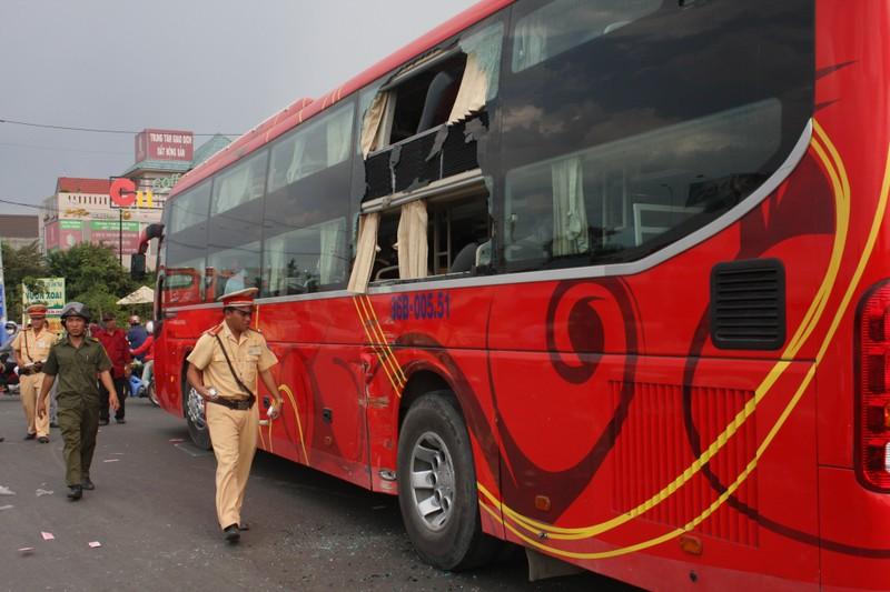 Hành khách hoảng loạn vì xe buýt tông xe khách giường nằm - ảnh 2