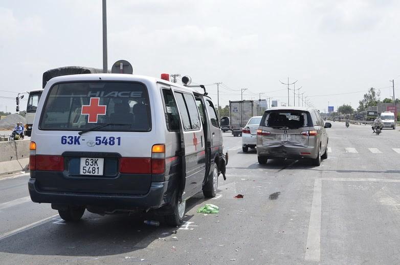 Xe cứu thương tông hai xe ô tô hư hỏng nặng - ảnh 1