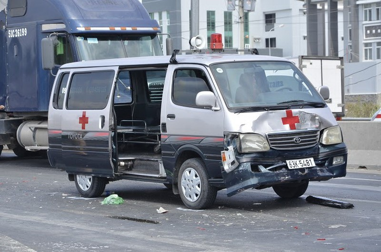 Xe cứu thương tông hai xe ô tô hư hỏng nặng - ảnh 2