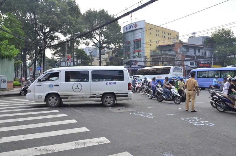 3 vụ tai nạn liên tiếp tại ngã tư, giao thông hỗn loạn - ảnh 2