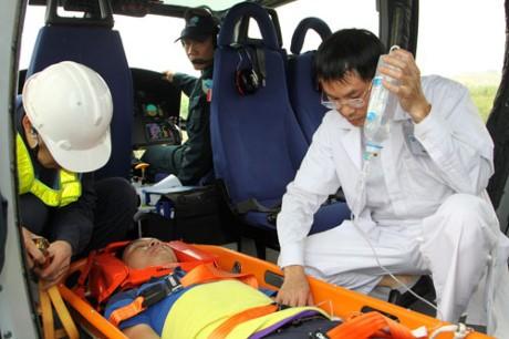 Cứu bệnh nhân sốc phản vệ cách mặt đất… 10 km - ảnh 1