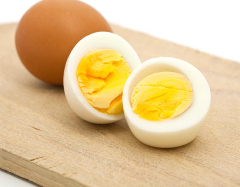 Trứng giàu protein và vitamin B, tăng sản xuất cholesterol tốt.