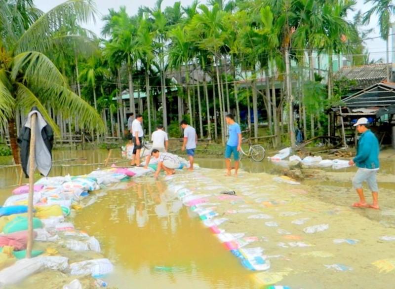Mưa lũ làm hỏng bờ kè ở huyện Duy Xuyên.