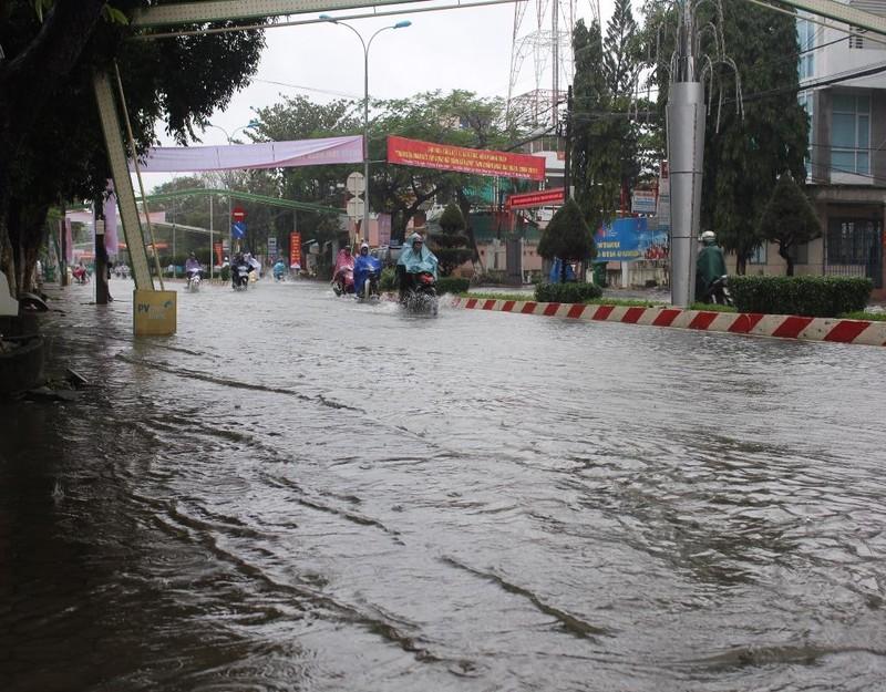 Đường Hùng Vương, TP Quảng Ngãi 10 giờ sáng nay vẫn ngập nước .