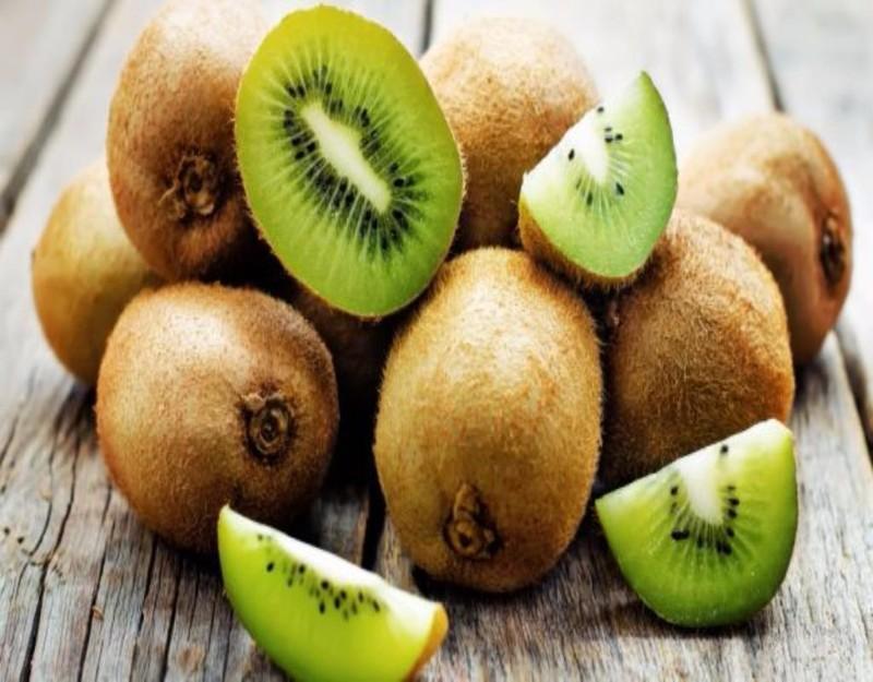 Kiwi chứa nhiều vitamin C, giúp cơ thể sản sinh collagen