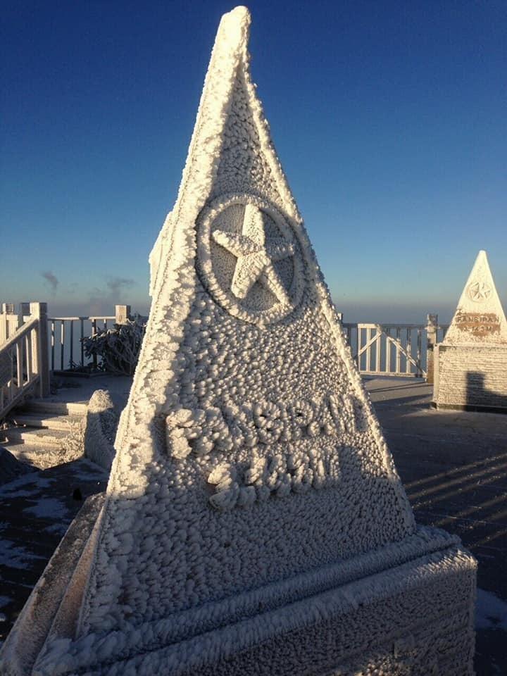 tuyết trên cột mốc