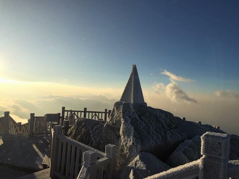 Ngắm băng tuyết phủ trắng đỉnh Fansipan - ảnh 12