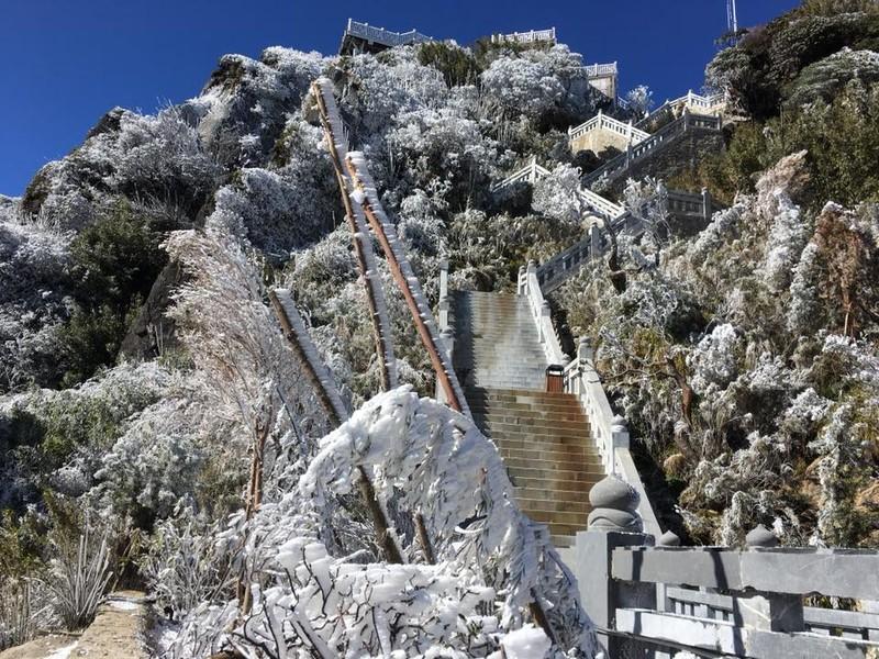 Ngắm băng tuyết phủ trắng đỉnh Fansipan - ảnh 10